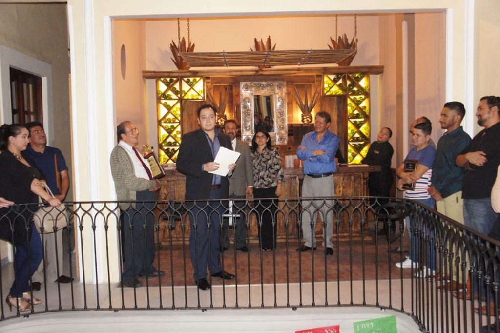 Giovanni D. Muñoz dirige palabras de agradecimiento a directivos.