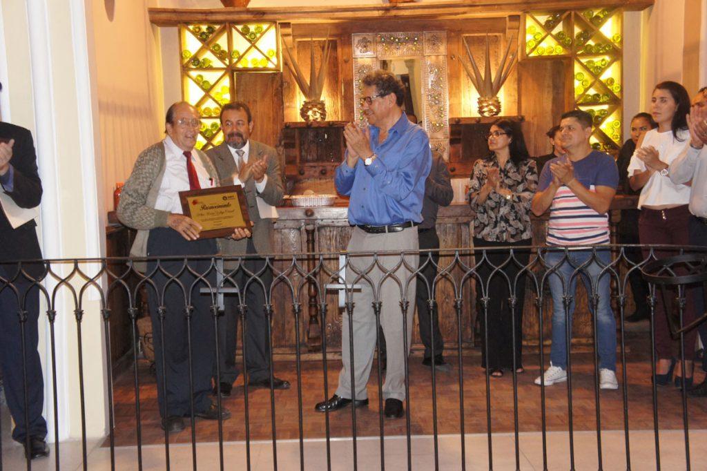 Carlos A. Chávez, entrega reconocimiento a Rubén Vallejo.