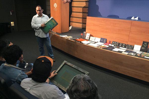 Omar Arellano, muestra los marcos de impresión.